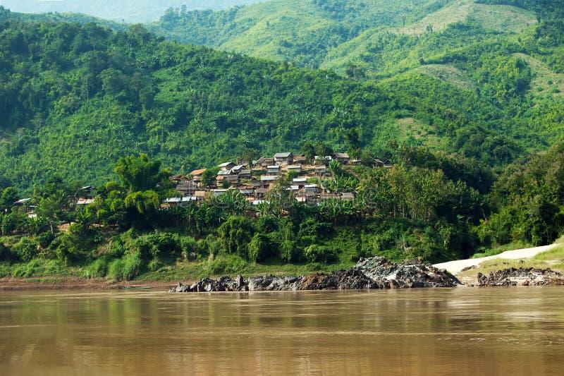 Vila asiática pequena com a casa de madeira tradicional fotos de stock