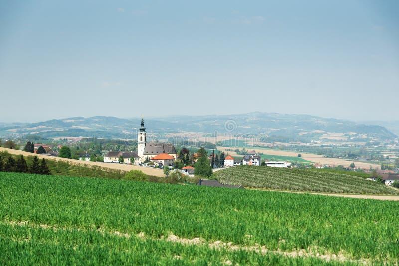 Vila austríaca com igreja fotografia de stock royalty free