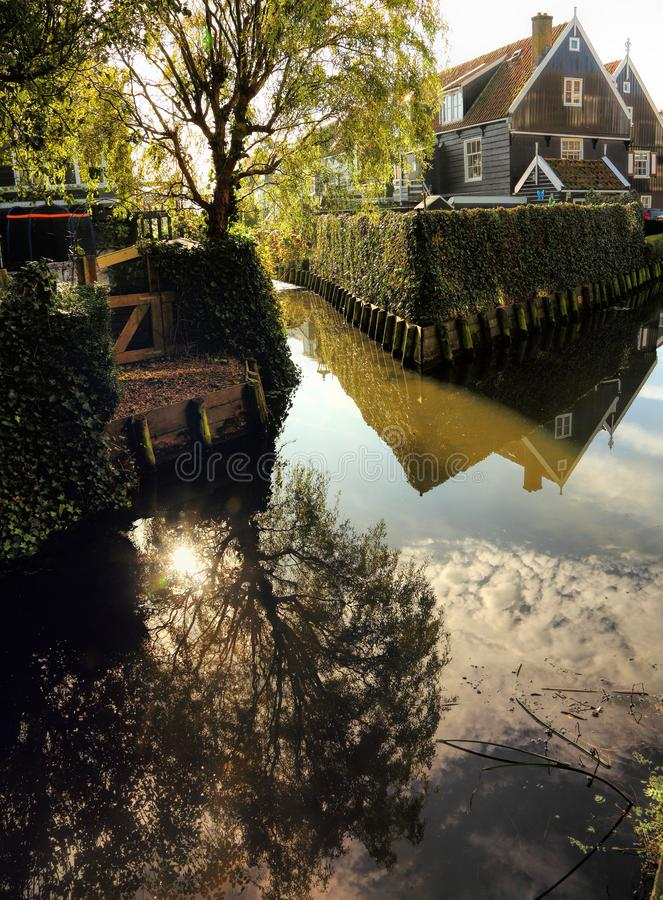 Vila autêntica holandesa no canal da água fotos de stock