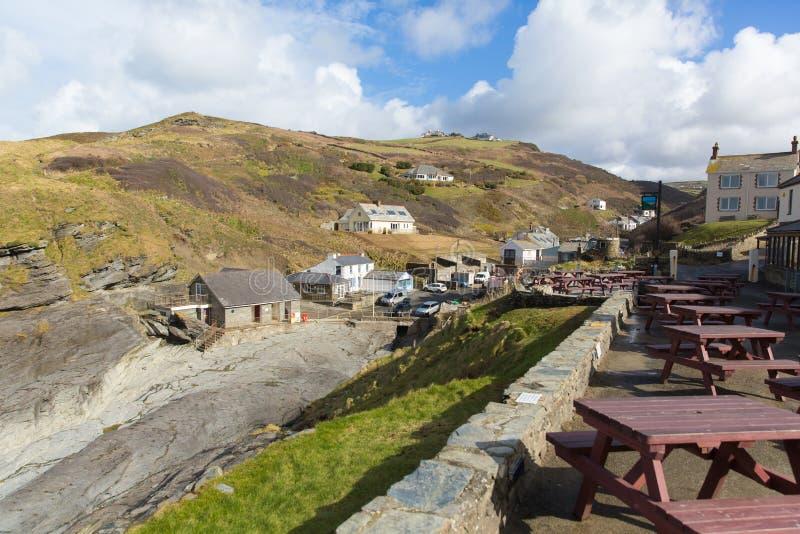 Vila BRITÂNICA norte da costa de Cornualha Inglaterra da costa de Trebarwith entre Tintagel e porto Isaac imagem de stock
