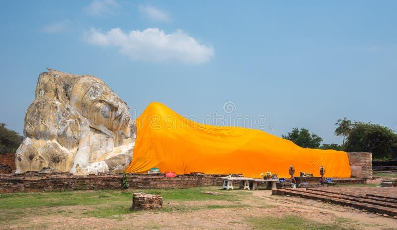 Vila Buddha på den Wat Lokayasutharam templet, Ayutthaya arkivbilder