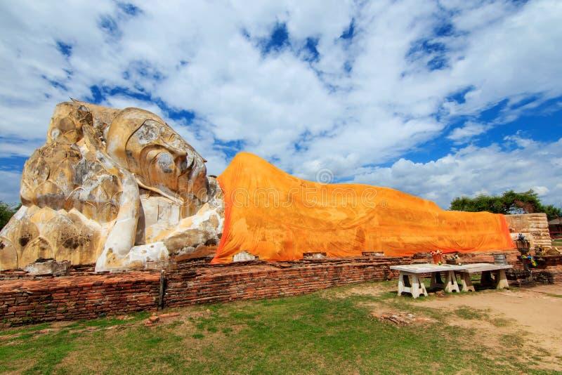 Vila Buddha på den Wat Lokayasutharam templet, Ayutthaya royaltyfri fotografi