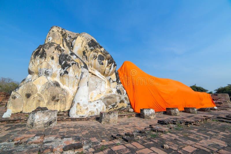 Vila buddha på Wat Lokayasutharam i Ayutthaya royaltyfri bild