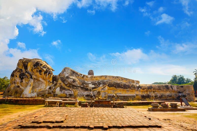 Vila Buddha på Wat Lokayasutharam Temple i historiska Ayuthaya parkera i Thailand arkivbild