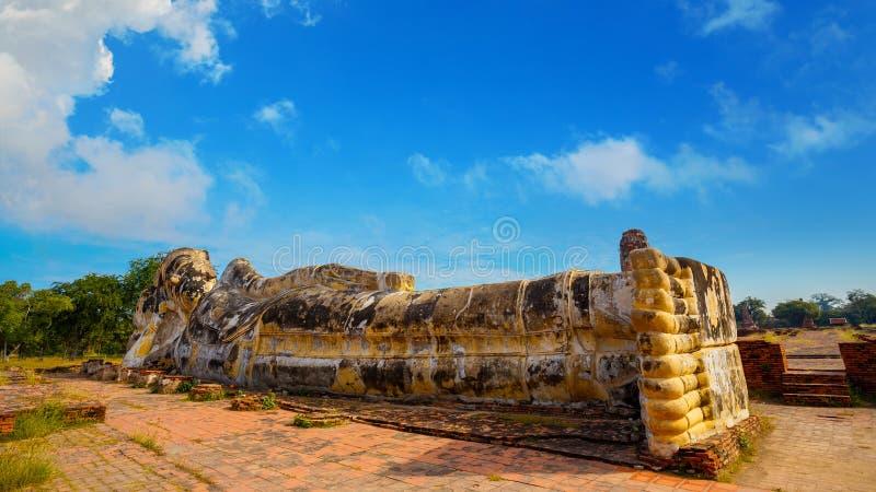 Vila Buddha på Wat Lokayasutharam Temple i historiska Ayuthaya parkera i Thailand arkivbilder