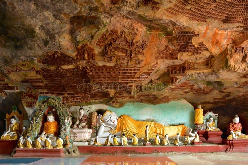 Vila Buddhastatyn inom den Kawgun grottan i Hpa-An, Myanmar arkivbilder