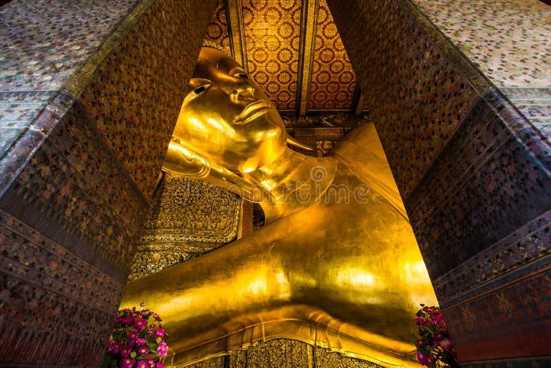 Vila Buddhastatyn på Wat Pho royaltyfria bilder