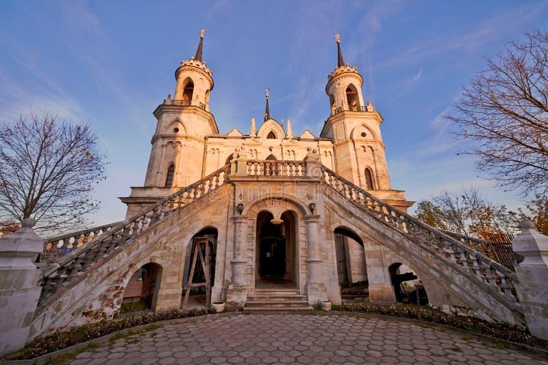 Vila Bykovo, RÚSSIA - 12 de outubro de 2013: Igreja do ícone de Vladimir o deus da mãe o russo famoso do monumento gótico imagens de stock royalty free