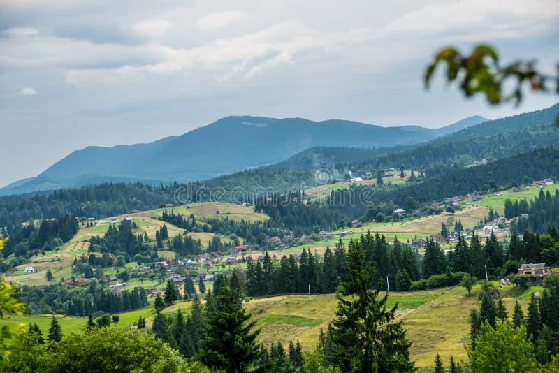 Vila Carpathian no dia de verão fotografia de stock royalty free