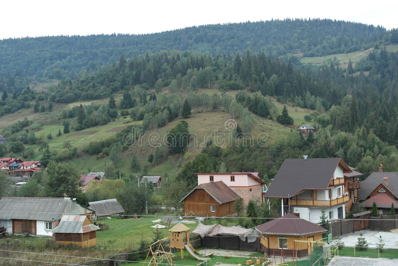Vila Carpathian PERFEITA em cores do outono foto de stock