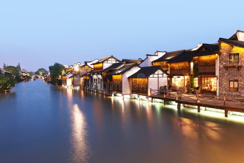 A vila chinesa antiga no crepúsculo fotos de stock royalty free