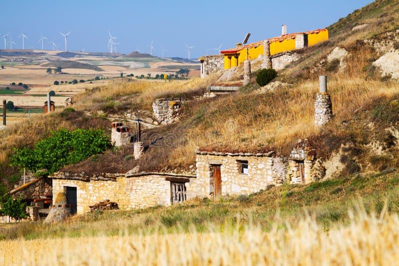 Vila com as casa-cavernas das moradias construídas na rocha Palenzuela imagens de stock