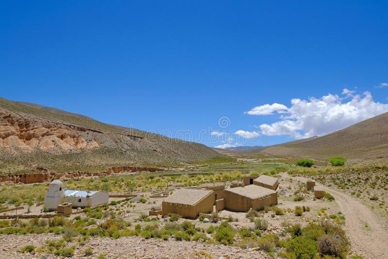 Vila com casas de adôbe e a igreja branca nas montanhas de Argentina do norte, província Jujuy fotos de stock royalty free