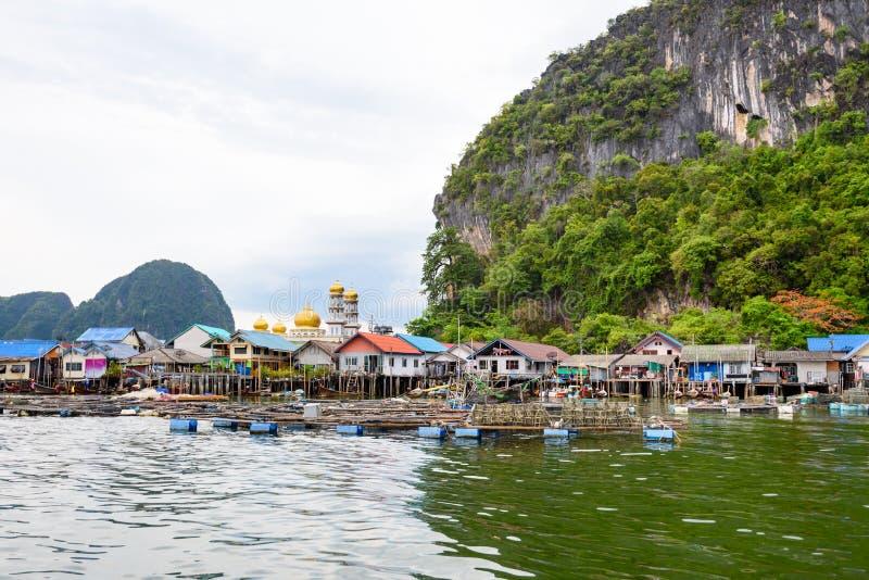 A vila da ilha de Koh Panyee ou de Punyi está flutuando fotografia de stock