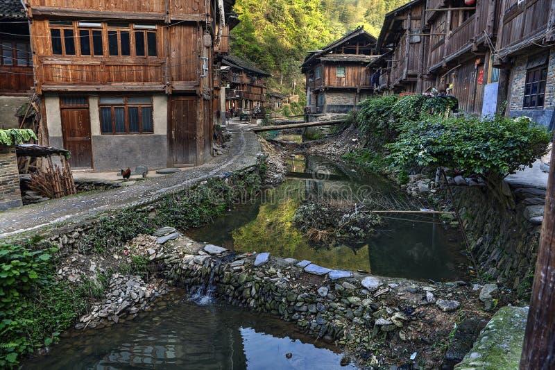 Vila da minoria étnica do dong, casas de madeira, rio e represas, qui fotografia de stock royalty free