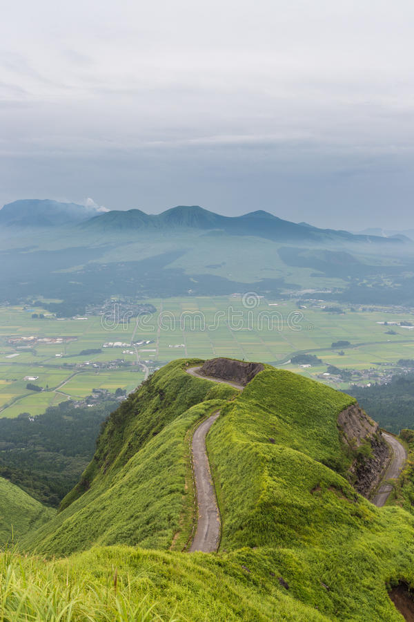 Vila da montanha e do fazendeiro do vulcão de Aso em Kumamoto, Japão fotos de stock