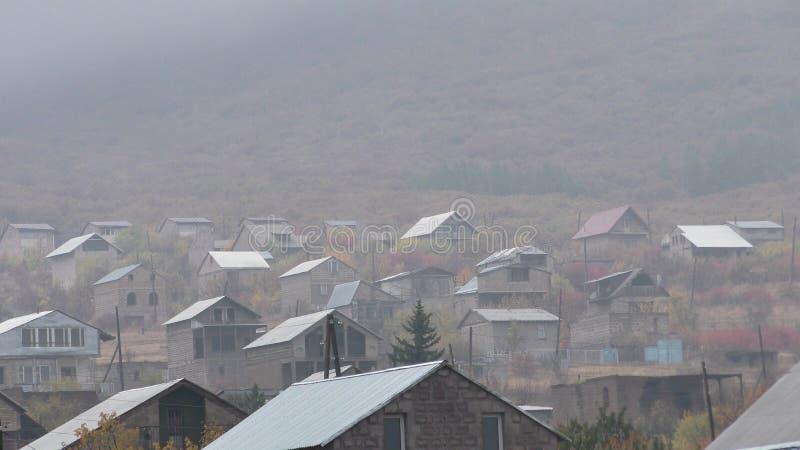 Vila da província de Armênia, Aragatsotn com a rã sobre a montanha imagem de stock