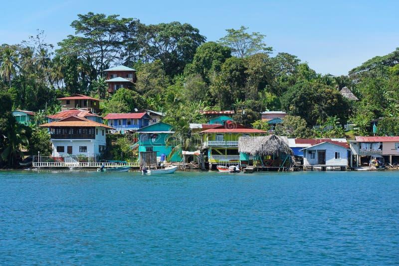 Vila das caraíbas litoral em uma ilha de Panamá imagens de stock