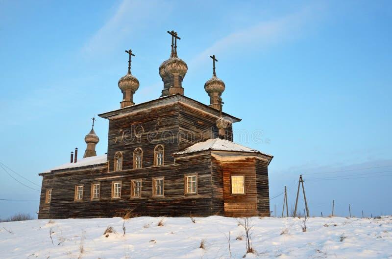 A vila de Abramovskaya mais baixo Maloshuyka, Vachevskaya Igreja em um monte, 1873 de Sretenskaya Rússia, região de Arkhangelsk,  fotos de stock