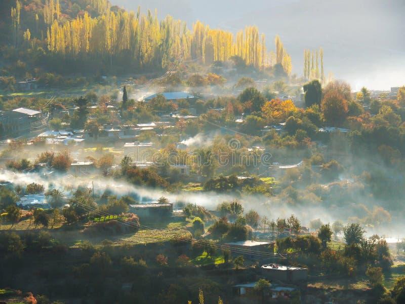 Vila de Altit na névoa, vale de Hunza, Karimabad, Paquistão imagem de stock royalty free