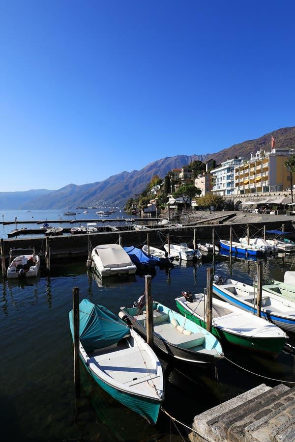 Vila de Ascona e de barcos fotografia de stock royalty free