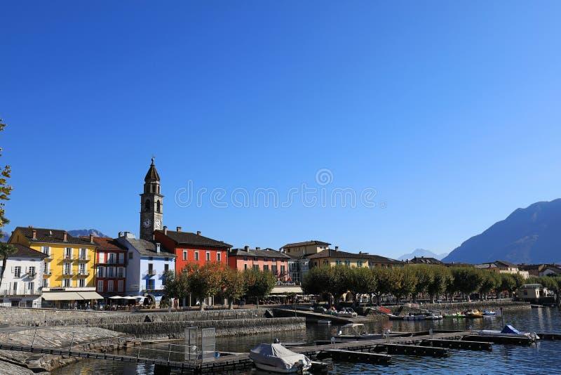 Vila de Ascona e de barcos fotos de stock