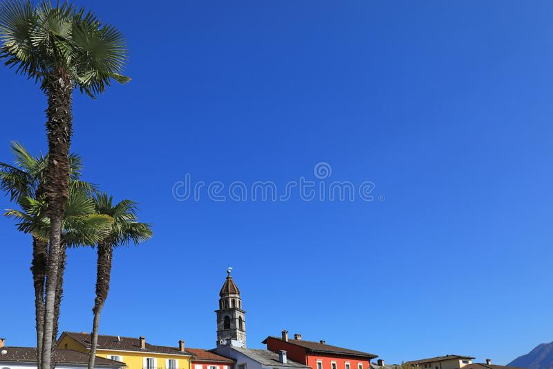 Vila de Ascona e de palmas foto de stock