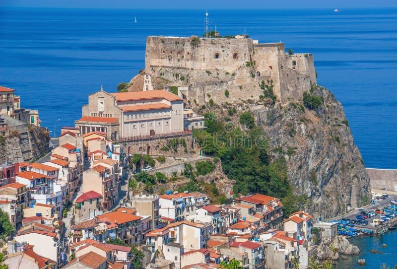 A vila de beira-mar bonita de Scilla, Itália foto de stock