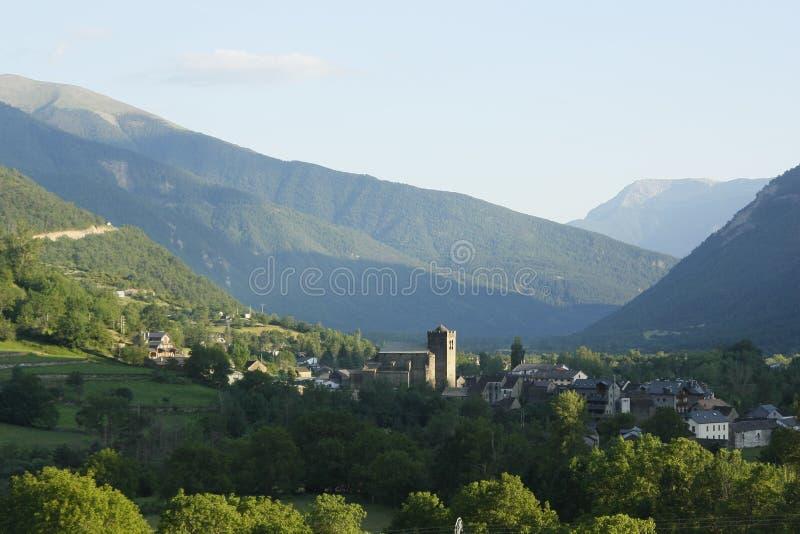 Vila de Broto no Ara do rio, pyrenees fotografia de stock