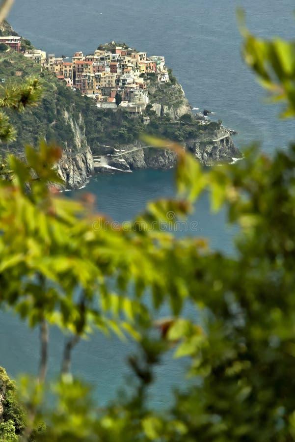A vila de Corniglia, Cinque Terre vista de um trajeto no monte que negligencia o mar imagens de stock royalty free