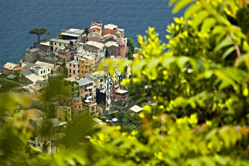 A vila de Corniglia, Cinque Terre vista de um trajeto no monte que negligencia o mar foto de stock royalty free