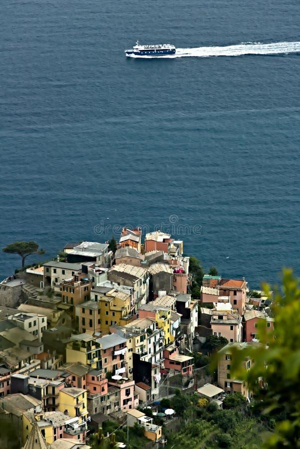A vila de Corniglia, Cinque Terre vista de um trajeto no monte que negligencia o mar imagem de stock royalty free