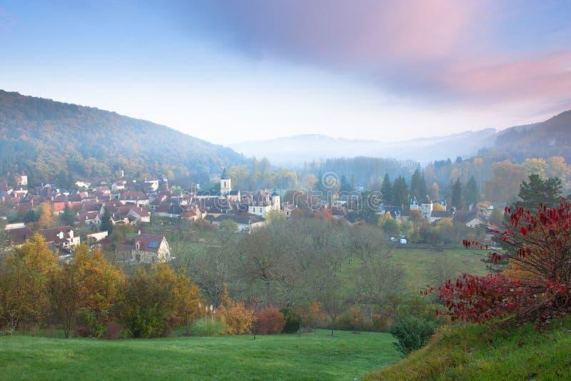 A vila de Daglan no nascer do sol fotografia de stock