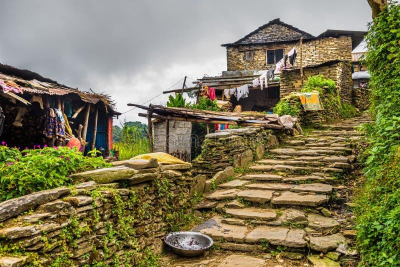 Vila de Dhampus nas montanhas dos Himalayas em Nepal imagens de stock