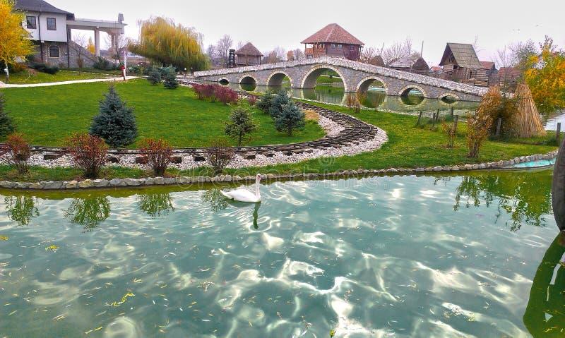 Vila de Ethno no lago em Bósnia e em Herzegovina foto de stock royalty free