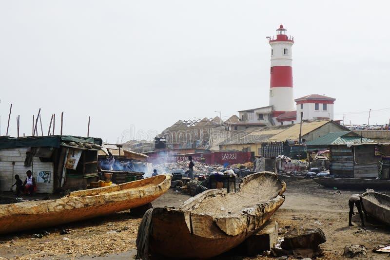 Vila de Fisher na frente do farol de Accra em Gana imagem de stock