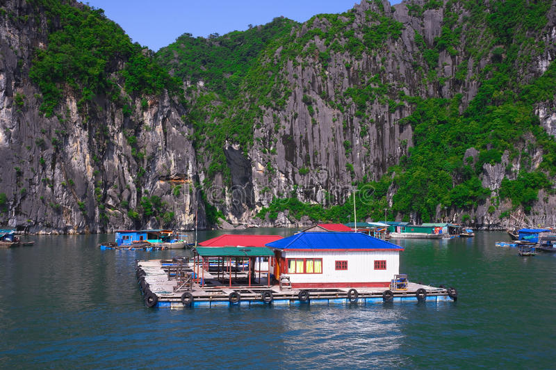 Vila de flutuação, ilha da rocha, baía de Halong, Vietname foto de stock royalty free