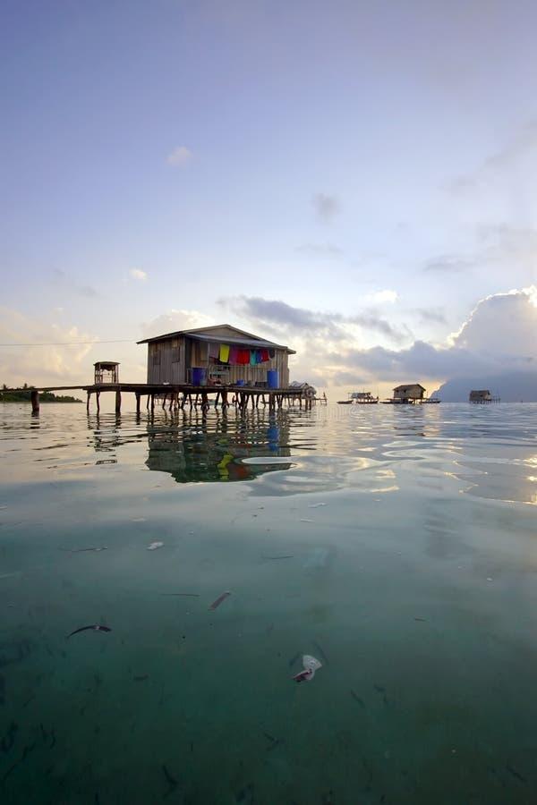 A vila de flutuação na ilha de Maiga imagens de stock royalty free