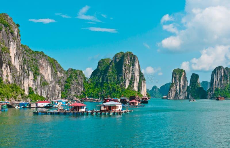 Vila de flutuação no louro de Halong foto de stock royalty free