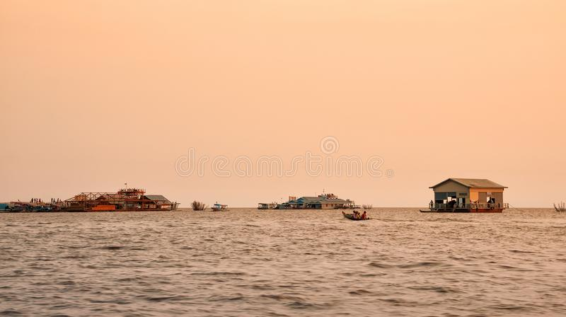 Vila de flutuação vietnamiana na seiva de Tonle do lago, Camboja fotografia de stock