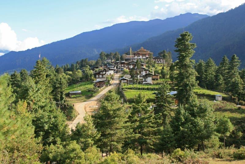 A vila de Gangtey, Butão, foi construída na parte superior de um monte fotografia de stock
