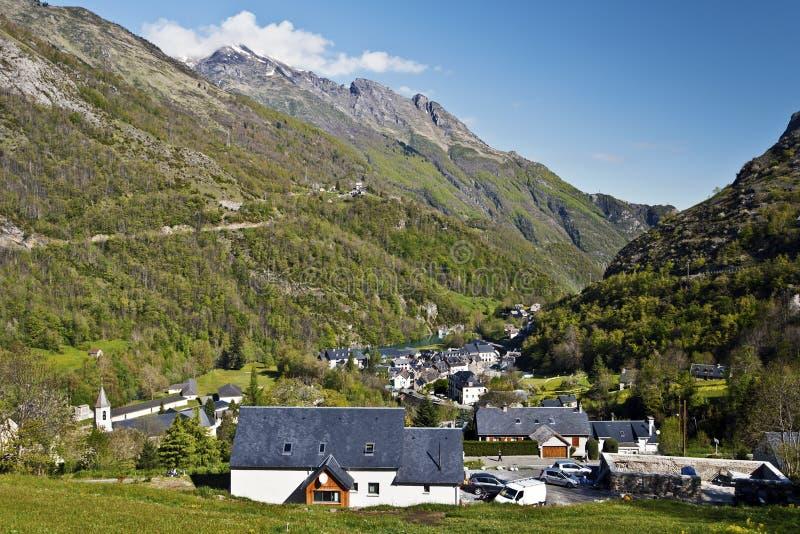Vila de Gedre em Gavarnie River Valley no francês Pyrenees foto de stock