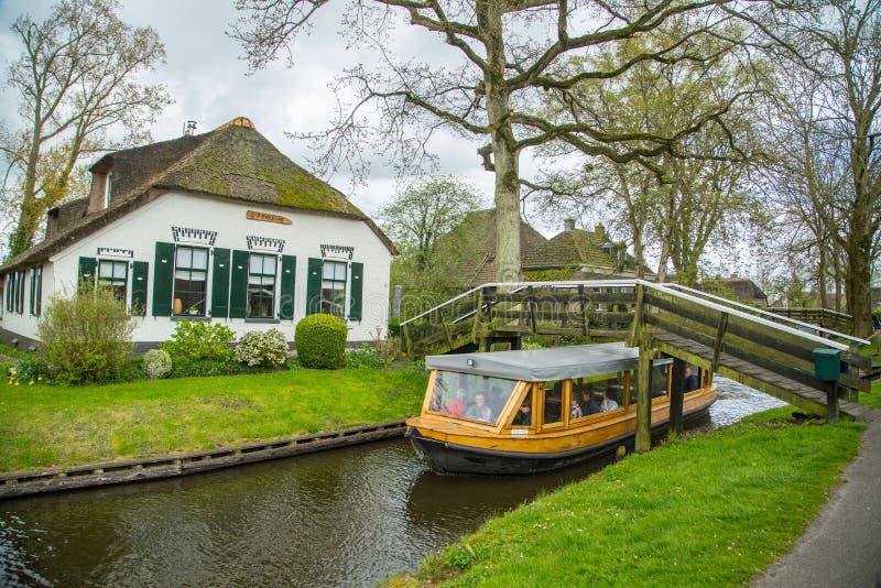 Vila de Giethoorn do curso e da visita do barco de turista imagens de stock