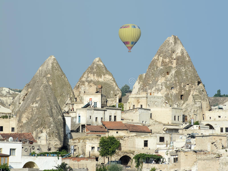 Vila de Goreme, chaminés feericamente e balão fotos de stock royalty free