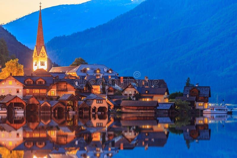 Vila de Hallstatt nos cumes no crepúsculo, cena da noite imagens de stock royalty free