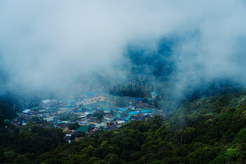 Vila de Hmong na parte superior de Doi Suthep em Chiang Mai Ponto de vista na parte superior foto de stock