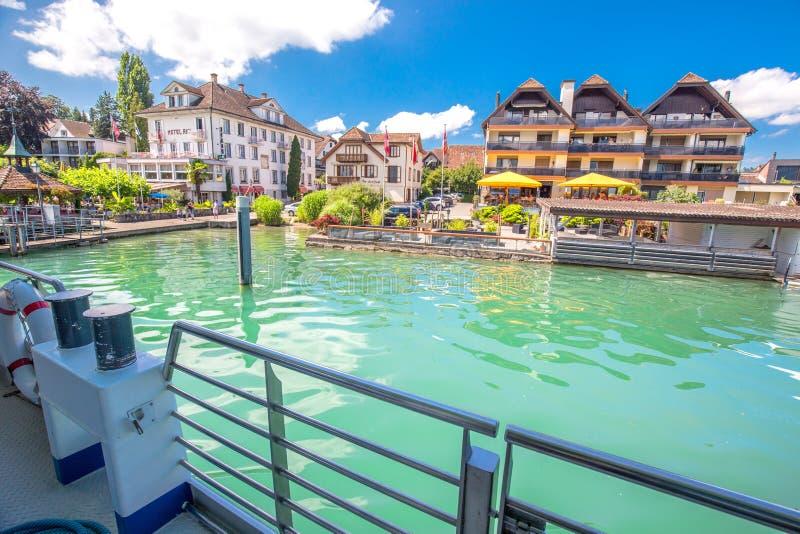 Vila de Immensee do barco famoso no lago Zug em um dia ensolarado, Suíça fotografia de stock