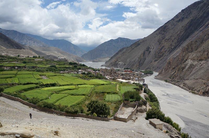 A vila de Kagbeni e o rio de Kali Gandaki no vale das montanhas Himalaias imagens de stock royalty free