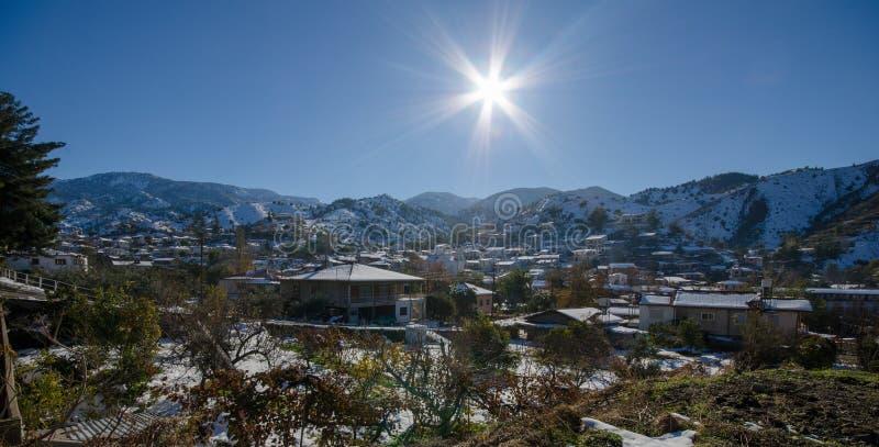 A vila de Kakopetria em Chipre sob a neve imagem de stock