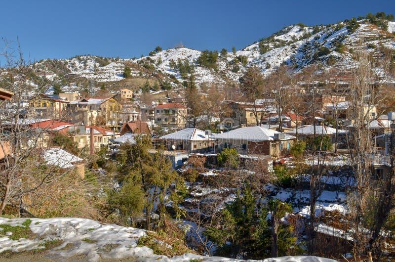 A vila de Kakopetria em Chipre sob a neve foto de stock